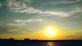 Женщина бежать на улице в заходе солнца Силуэт женской персоны против красивого неба лета сток-видео
