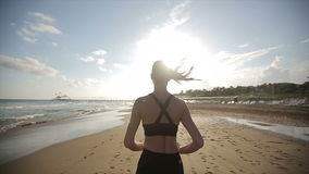 Женщина бежать самостоятельно на красивом заходе солнца на пляже движение медленное акции видеоматериалы