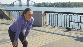 Женщина бежит в съемку и останавливает сток-видео