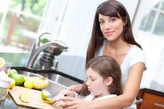 женщина безопасности кухни дочи учя Стоковые Изображения RF