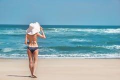 Женщина без сокращений, задний взгляд на пляже рая идеалистическом Белый песок, голубое небо и море кристалла тропического пляжа стоковая фотография