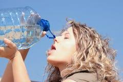 женщина белокурой пустыни испытывающий жажду Стоковое фото RF