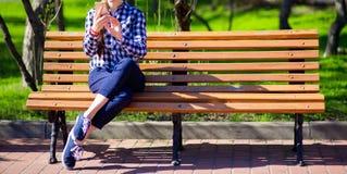 Женщина беседуя в телефоне Прочитайте новости от сетей через smartphone стоковые изображения rf
