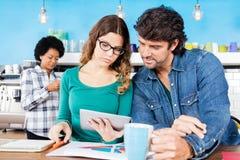 Женщина бизнесмена используя коллег планшета 2 Стоковая Фотография RF