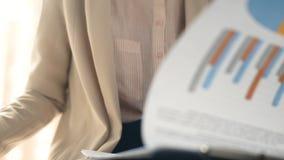 Женщина бизнесмена работая с статистик видеоматериал