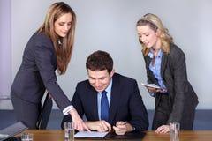 женщина бизнесмена советников его 2 Стоковые Изображения RF