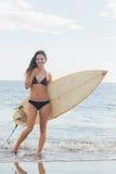 Женщина бикини держа surfboard на пляже Стоковое фото RF