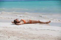 Женщина бикини ослабляя на пляже курорта Стоковые Изображения