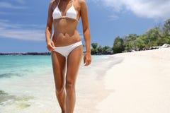 Женщина бикини ослабляя на тропических каникулах пляжа Стоковое фото RF