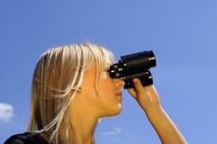 женщина биноклей Стоковое Изображение RF