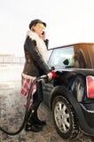 Женщина битника заполняет автомобиль бензина Стоковое Изображение RF