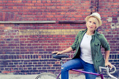 Женщина битника коммутирует на велосипеде города дороги Стоковое Изображение RF