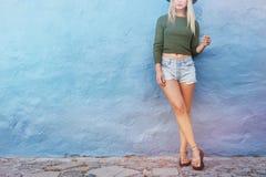 Женщина битника моды представляя около голубой стены Стоковые Изображения RF