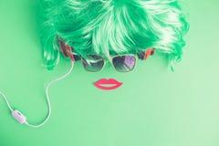Женщина битника сделанная парика, солнечные очки, наушники и бумажная квартира губ упорки кладут творческую концепцию стоковая фотография rf
