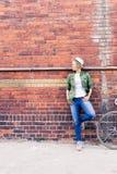 Женщина битника с винтажным велосипедом дороги в городе Стоковое Изображение RF