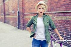 Женщина битника с винтажным велосипедом дороги в городе Стоковые Изображения RF