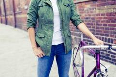 Женщина битника с винтажным велосипедом дороги в городе Стоковые Фото