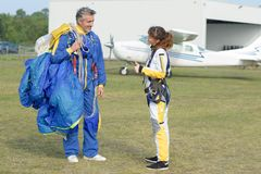 Женщина благодарит инструктор после тандемное skydive стоковое изображение