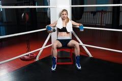 Женщина бокса сидя самостоятельно в арене на спортзале Стоковые Фотографии RF