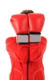 Женщина боксера с красными перчатками бокса покрывает сторону изолированную на белизне Стоковая Фотография RF