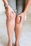 женщина боли колена терпя Стоковая Фотография RF