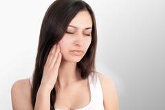 женщина боли Крупный план красивого молодого женского чувства тягостного Стоковое фото RF