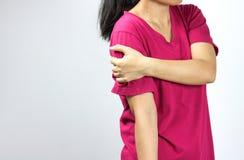 Женщина боли плеча Стоковые Изображения