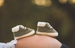 женщина ботинка младенца супоросая Стоковое Фото