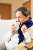 Женщина болезни выпивая горячий чай стоковое изображение