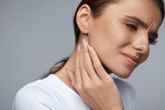 женщина боли Красивый Toothache чувства девушки, челюсть, боль шеи Стоковые Изображения