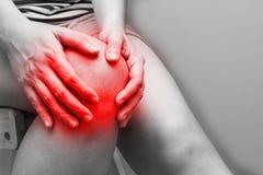 женщина болячки колена ушиба удерживания Стоковое Изображение RF
