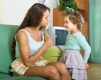 Женщина браня ребенка дома Стоковые Фото
