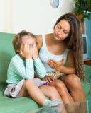 Женщина браня ребенка дома Стоковая Фотография RF