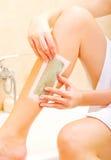 Женщина брея ее воск ноги стоковое фото rf