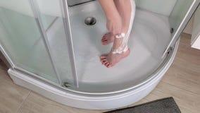 Женщина брея ноги на bathroom сток-видео
