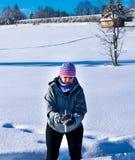 Женщина бросает снежный ком на меня стоковое изображение rf