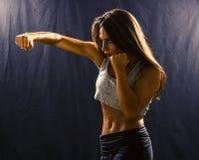 Женщина бросая пунш крюка Стоковые Изображения RF