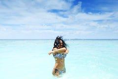 Женщина брызгая в море Стоковая Фотография RF