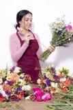 Женщина брюнета делая букеты стоковые изображения