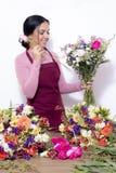 Женщина брюнета делая букеты стоковое изображение rf