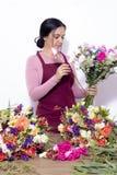 Женщина брюнета делая букеты стоковые фотографии rf