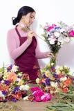 Женщина брюнета делая букеты стоковое фото rf