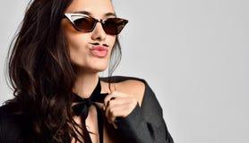 Женщина брюнета с усиками в новых коричневых современных солнечных очках моды стоковое фото