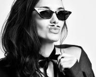 Женщина брюнета с усиками в новых современных солнечных очках моды стоковые фото