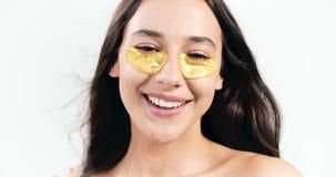 Женщина брюнета с Eyepatches видеоматериал