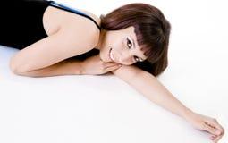 женщина брюнет вниз лежа милая Стоковые Фото