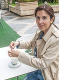 Женщина брюнет выпивая cofee Стоковое Изображение RF
