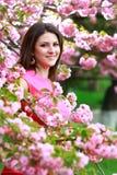 Женщина брюнет в парке Стоковое Изображение