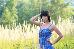 Женщина брюнет в поле Стоковая Фотография