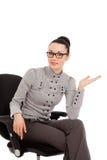 Женщина брюнет в рубашке и брюки сидя в офисе предводительствуют pre стоковое фото rf